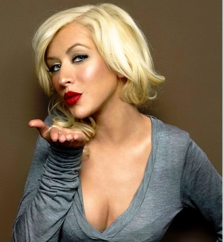 0406_christina-aguilera-blowing-a-kiss